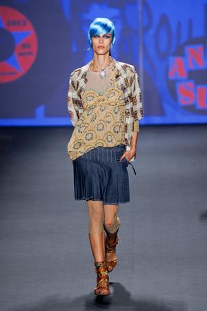 Показ Anna Sui коллекции сезона Весна-лето 2013 года prêt-à-porter - www.elle.ru - Подиум - фото 422394