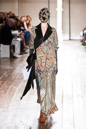Показ Maison Martin Margiela коллекции сезона Осень-зима 2013-2014 года Haute couture - www.elle.ru - Подиум - фото 556304