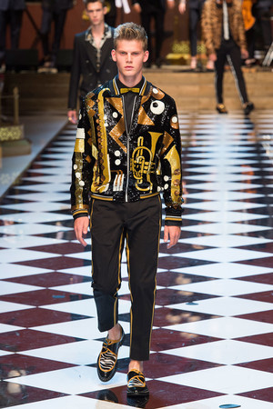 Показ Dolce & Gabbana коллекции сезона Весна-лето  2017 года Men prêt-à-porter - www.elle.ru - Подиум - фото 606700