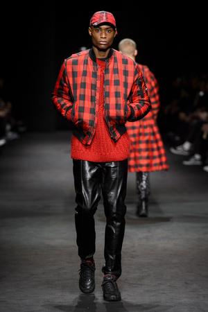 Показ Versace коллекции сезона Осень-зима 2017-2018 года Men prêt-à-porter - www.elle.ru - Подиум - фото 614533