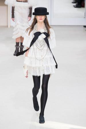 Показ Chanel коллекции сезона Осень-зима 2016-2017 года prêt-à-porter - www.elle.ru - Подиум - фото 605664