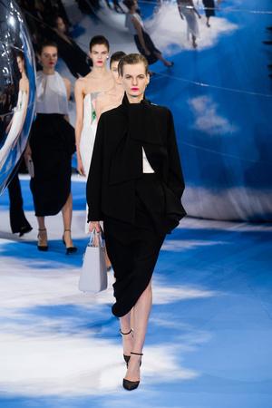 Показ Christian Dior коллекции сезона Осень-зима 2013-2014 года prêt-à-porter - www.elle.ru - Подиум - фото 536960
