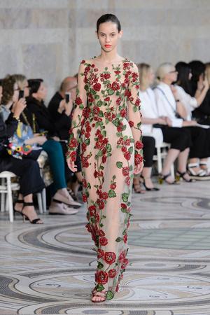Показ Giambattista Valli коллекции сезона Осень-зима 2017-2018 года Haute couture - www.elle.ru - Подиум - фото 623864