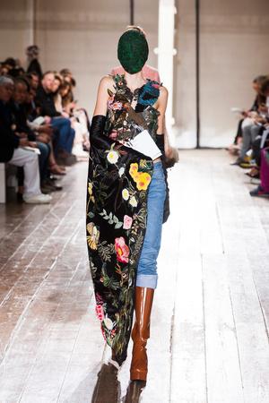 Показ Maison Martin Margiela коллекции сезона Осень-зима 2013-2014 года Haute couture - www.elle.ru - Подиум - фото 556297