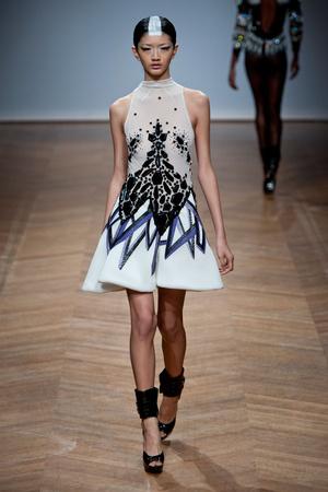 Показ On Aura Tout Vu коллекции сезона Весна-лето 2014 года haute couture - www.elle.ru - Подиум - фото 574353