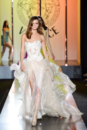 Показ Atelier Versace коллекции сезона Осень-зима 2012-2013 года Haute couture - www.elle.ru - Подиум - фото 402897