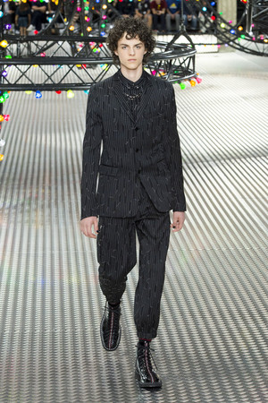 Показ Dior Homme коллекции сезона Весна-лето  2017 года Men prêt-à-porter - www.elle.ru - Подиум - фото 606751
