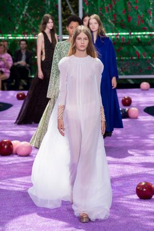 Показ Christian Dior коллекции сезона Осень-зима 2015-2016 года Haute couture - www.elle.ru - Подиум - фото 596933