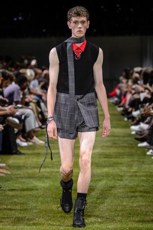 Показ Dior Homme коллекции сезона Весна-лето 2018 года Men prêt-à-porter - www.elle.ru - Подиум - фото 623618