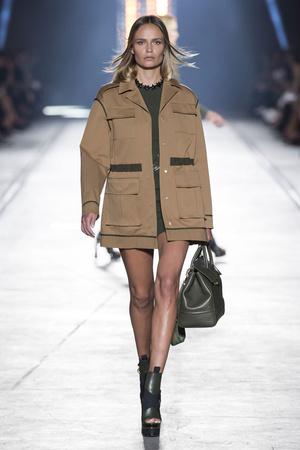 Показ Versace коллекции сезона Весна-лето  2016 года Prêt-à-porter - www.elle.ru - Подиум - фото 599923