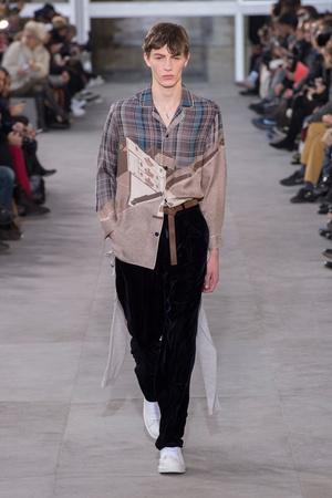 Показ Louis Vuitton коллекции сезона Осень-зима 2017-2018 года Men prêt-à-porter - www.elle.ru - Подиум - фото 615398