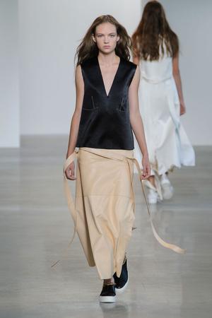 Показ Calvin Klein Collection коллекции сезона Весна-лето  2016 года prêt-à-porter - www.elle.ru - Подиум - фото 598716
