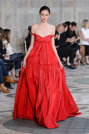 Показ Giambattista Valli коллекции сезона Осень-зима 2017-2018 года Haute couture - www.elle.ru - Подиум - фото 623872