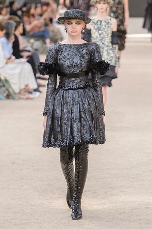 Показ Chanel коллекции сезона Осень-зима 2017-2018 года Haute couture - www.elle.ru - Подиум - фото 624064