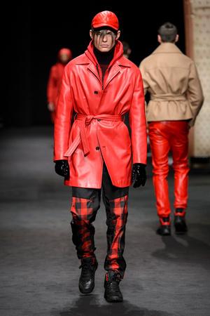 Показ Versace коллекции сезона Осень-зима 2017-2018 года Men prêt-à-porter - www.elle.ru - Подиум - фото 614529