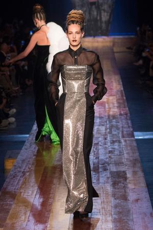 Показ Jean Paul Gaultier коллекции сезона Осень-зима 2016-2017 года Haute couture - www.elle.ru - Подиум - фото 607280