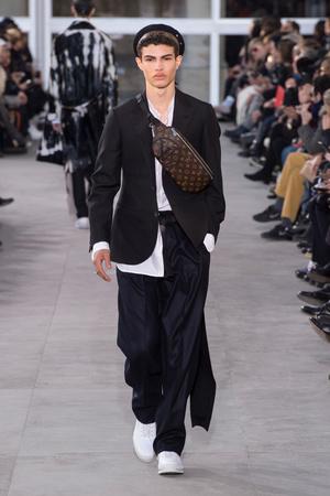 Показ Louis Vuitton коллекции сезона Осень-зима 2017-2018 года Men prêt-à-porter - www.elle.ru - Подиум - фото 615394