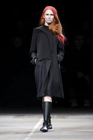 Показ Yohji Yamamoto коллекции сезона Осень-зима 2010-2011 года Prêt-à-porter - www.elle.ru - Подиум - фото 155840