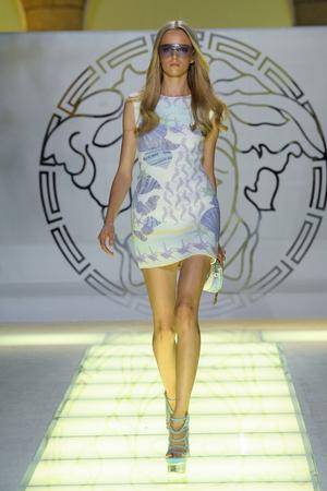 Показ Versace коллекции сезона Весна-лето 2012 года Prêt-à-porter - www.elle.ru - Подиум - фото 303414