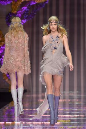 Показ Atelier Versace коллекции сезона Осень-зима 2015-2016 года Haute couture - www.elle.ru - Подиум - фото 596775