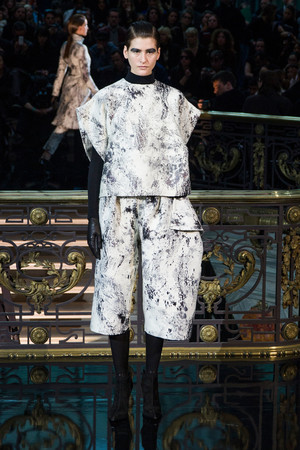 Показ John Galliano коллекции сезона Осень-зима 2013-2014 года Prêt-à-porter - www.elle.ru - Подиум - фото 543216