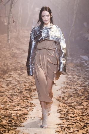 Показ Off-White коллекции сезона Осень-зима 2017-2018 года Prêt-à-porter - www.elle.ru - Подиум - фото 620789