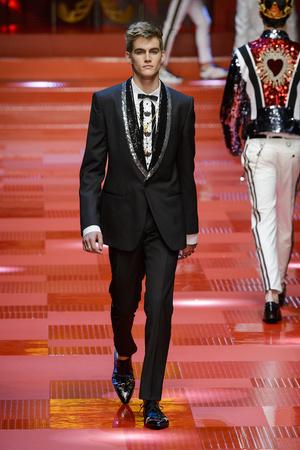 Показ Dolce & Gabbana коллекции сезона Весна-лето 2018 года Men prêt-à-porter - www.elle.ru - Подиум - фото 622346