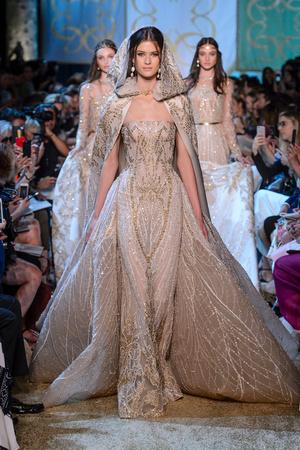 Показ Elie Saab коллекции сезона Осень-зима 2017-2018 года Haute couture - www.elle.ru - Подиум - фото 624191