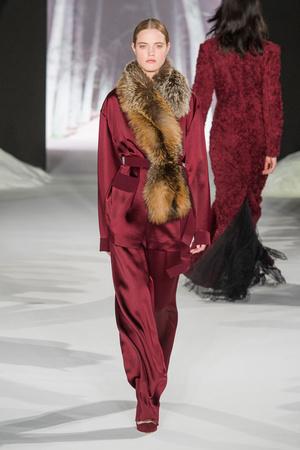 Показ Valentin Yudashkin коллекции сезона Осень-зима 2016-2017 года prêt-à-porter - www.elle.ru - Подиум - фото 605880