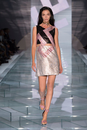 Показ Versace коллекции сезона Весна-лето 2015 года prêt-à-porter - www.elle.ru - Подиум - фото 589327