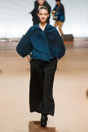 Показ Issey Miyake коллекции сезона Осень-зима 2014-2015 года prêt-à-porter - www.elle.ru - Подиум - фото 582447