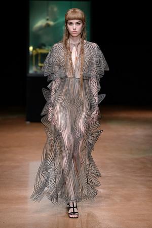 Показ Iris van Herpen коллекции сезона Осень-зима 2017-2018 года Haute couture - www.elle.ru - Подиум - фото 623882