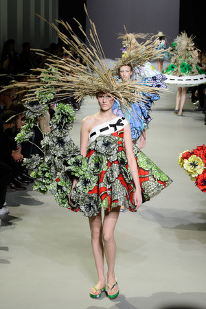Показ Viktor & Rolf коллекции сезона Весна-лето 2015 года Haute couture - www.elle.ru - Подиум - фото 593330