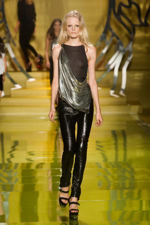 Показ Versace коллекции сезона Весна-лето 2014 года Prêt-à-porter - www.elle.ru - Подиум - фото 564871