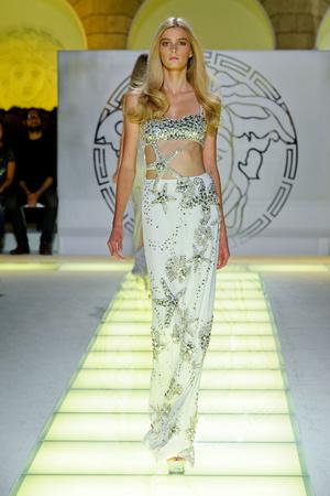 Показ Versace коллекции сезона Весна-лето 2012 года prêt-à-porter - www.elle.ru - Подиум - фото 303419