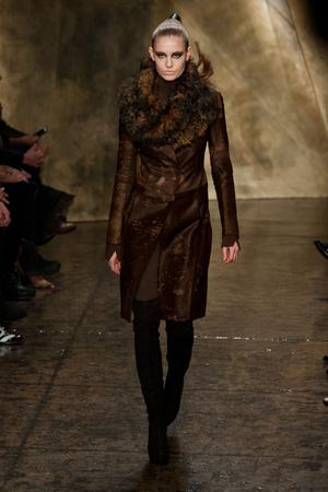 Показ Donna Karan коллекции сезона Осень-зима 2013-2014 года Prêt-à-porter - www.elle.ru - Подиум - фото 488467