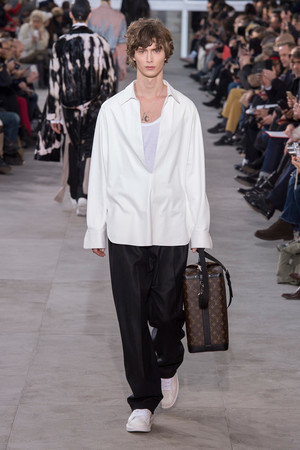 Показ Louis Vuitton коллекции сезона Осень-зима 2017-2018 года Men prêt-à-porter - www.elle.ru - Подиум - фото 615395