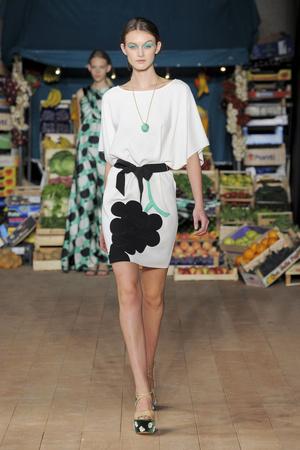 Показ Moschino Cheap & Chic коллекции сезона Весна-лето 2012 года Prêt-à-porter - www.elle.ru - Подиум - фото 303992