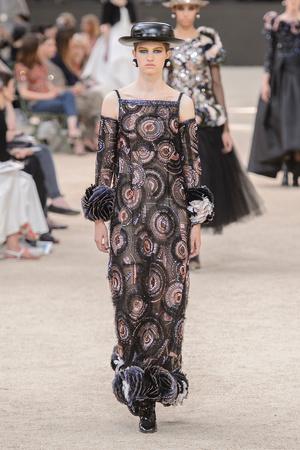 Показ Chanel коллекции сезона Осень-зима 2017-2018 года Haute couture - www.elle.ru - Подиум - фото 624067