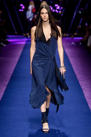 Показ Versace коллекции сезона Весна-лето  2017 года Prêt-à-porter - www.elle.ru - Подиум - фото 612030