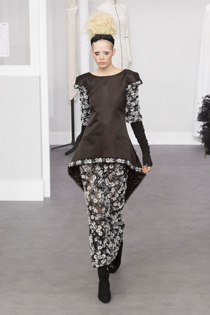 Показ Chanel коллекции сезона Осень-зима 2016-2017 года haute couture - www.elle.ru - Подиум - фото 607047