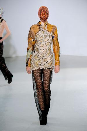 Показ Maison Martin Margiela коллекции сезона Осень-зима 2012-2013 года Haute couture - www.elle.ru - Подиум - фото 405019