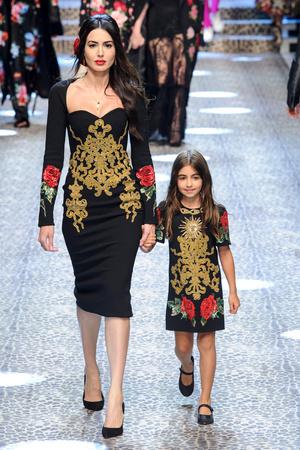 Показ Dolce & Gabbana коллекции сезона Осень-зима 2017-2018 года Prêt-à-porter - www.elle.ru - Подиум - фото 619372
