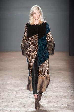 Показ Simonetta Ravizza коллекции сезона Осень-зима 2014-2015 года Prêt-à-porter - www.elle.ru - Подиум - фото 579403