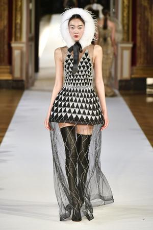 Показ Yanina Couture коллекции сезона Осень-зима 2017-2018 года haute couture - www.elle.ru - Подиум - фото 623999