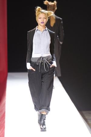 Показ Yohji Yamamoto коллекции сезона Весна-лето 2012 года Prêt-à-porter - www.elle.ru - Подиум - фото 310822