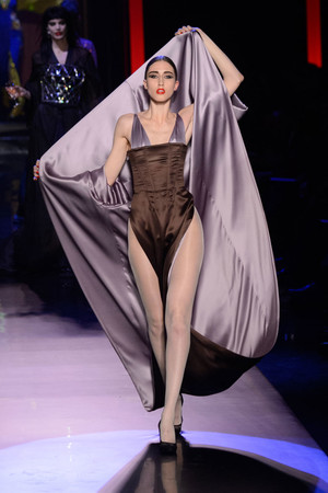 Показ Jean Paul Gaultier коллекции сезона Весна-лето  2016 года Haute couture - www.elle.ru - Подиум - фото 602941