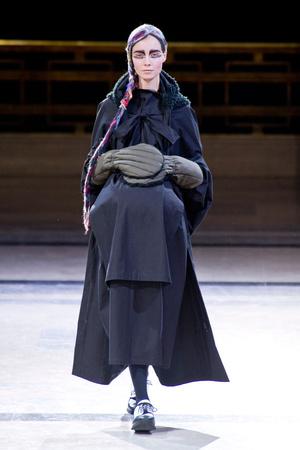 Показ Yohji Yamamoto коллекции сезона Осень-зима 2014-2015 года prêt-à-porter - www.elle.ru - Подиум - фото 582600