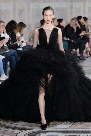 Показ Giambattista Valli коллекции сезона Осень-зима 2017-2018 года Haute couture - www.elle.ru - Подиум - фото 623875