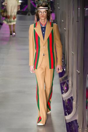 Показ Gucci коллекции сезона Осень-зима 2017-2018 года Prêt-à-porter - www.elle.ru - Подиум - фото 620140
